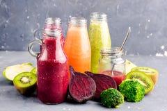 Ποικιλία του φρέσκου λαχανικού και των φρούτων moothie στα μπουκάλια γυαλιού Στοκ εικόνες με δικαίωμα ελεύθερης χρήσης