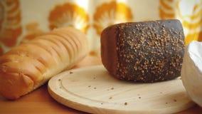 Ποικιλία του ψωμιού και του αλευριού στον πίνακα μέσα απόθεμα βίντεο