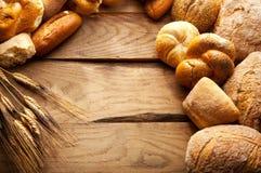 Ποικιλία του ψωμιού στον ξύλινο πίνακα Στοκ εικόνα με δικαίωμα ελεύθερης χρήσης