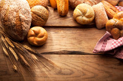 Ποικιλία του ψωμιού στον ξύλινο πίνακα Στοκ Φωτογραφίες