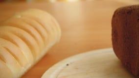 Ποικιλία του ψωμιού στον πίνακα στην κουζίνα και τη γυναίκα απόθεμα βίντεο