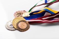 Ποικιλία των αθλητικών μεταλλίων στο λευκό Στοκ Φωτογραφίες