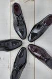 Ποικιλία των λαμπρών παπουτσιών για τα άτομα Στοκ φωτογραφία με δικαίωμα ελεύθερης χρήσης