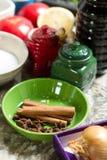 Ποικιλία των καρυκευμάτων και των χορταριών στον πίνακα κουζινών Στοκ φωτογραφία με δικαίωμα ελεύθερης χρήσης