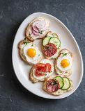Ποικιλία των μίνι σάντουιτς με το τυρί κρέμας, τα λαχανικά, τα αυγά ορτυκιών και το σαλάμι Σάντουιτς με το τυρί, αγγούρι, ραδίκι, στοκ φωτογραφία με δικαίωμα ελεύθερης χρήσης