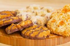 Ποικιλία των μπισκότων στον ξύλινο πίνακα Στοκ Εικόνα