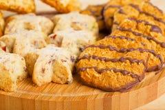Ποικιλία των μπισκότων στον ξύλινο πίνακα Στοκ Εικόνες