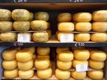 Ποικιλία των ολλανδικών στρογγυλών τυριών στο ράφι Στοκ εικόνα με δικαίωμα ελεύθερης χρήσης