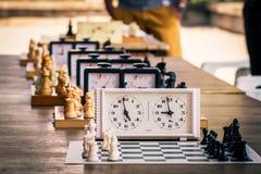 Ποικιλία των πινάκων σκακιού με τα κομμάτια σκακιού και των ρολογιών σκακιού στο wo Στοκ Εικόνες