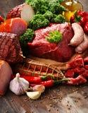 Ποικιλία των προϊόντων κρέατος συμπεριλαμβανομένου του ζαμπόν και των λουκάνικων Στοκ Εικόνες