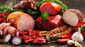 Ποικιλία των προϊόντων κρέατος συμπεριλαμβανομένου του ζαμπόν και των λουκάνικων στοκ φωτογραφίες