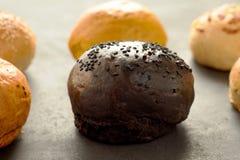 Ποικιλία των ρόλων ψωμιού που τακτοποιούνται στις σειρές Στοκ φωτογραφία με δικαίωμα ελεύθερης χρήσης