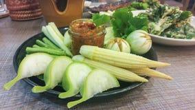 Ποικιλία των φρέσκων λαχανικών με την ταϊλανδική κόλλα τσίλι ύφους στο μικρό μπουκάλι Στοκ φωτογραφία με δικαίωμα ελεύθερης χρήσης