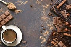 Ποικιλία των φραγμών σοκολάτας με τα καρυκεύματα Τοπ όψη στοκ εικόνες