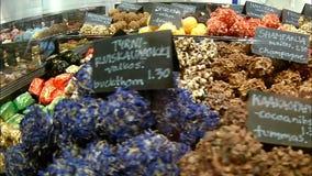 Ποικιλία των χειροποίητων καραμελών σοκολάτας στην προθήκη ενός αρτοποιείου απόθεμα βίντεο