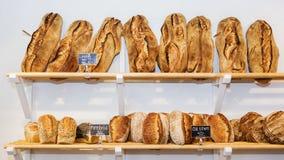 Ποικιλία των ψωμιών στα ράφια Στοκ φωτογραφία με δικαίωμα ελεύθερης χρήσης