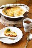 Ποιμένα ή παραδοσιακή πίτα εξοχικών σπιτιών με το τσάι Στοκ Φωτογραφία