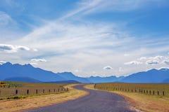 Ποιμενικά άνεμος εθνική οδός και βουνά σε Fiordland, νέο Ze Στοκ Εικόνα