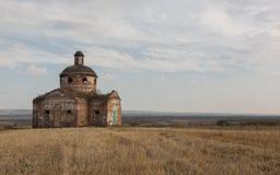 Ποιμενική, εγκαταλειμμένη εκκλησία φθινοπώρου στο αγροτικό τοπίο Στοκ Εικόνα