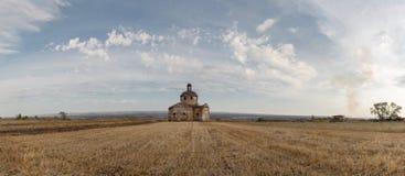 Ποιμενική, εγκαταλειμμένη εκκλησία φθινοπώρου στο αγροτικό τοπίο Στοκ εικόνα με δικαίωμα ελεύθερης χρήσης