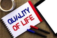 Ποιότητα ζωής κειμένων γραφής Έννοια την καλή τρόπου ζωής ευημερία στιγμών ευτυχίας ευχάριστη που γράφεται που σημαίνει στο βιβλί στοκ εικόνες