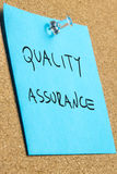 Ποιότητα και διαβεβαίωση που γράφονται στην μπλε σημείωση Στοκ φωτογραφίες με δικαίωμα ελεύθερης χρήσης
