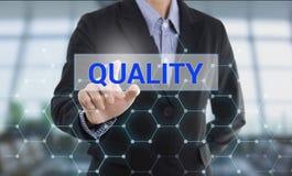 Ποιότητα κουμπιών συμπίεσης χεριών επιχειρηματιών στοκ φωτογραφία με δικαίωμα ελεύθερης χρήσης