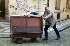 Πολίτης με το ξύλινο κάρρο στοκ φωτογραφίες με δικαίωμα ελεύθερης χρήσης