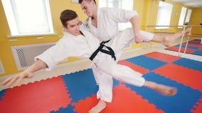 Πολεμικές τέχνες Δύο αθλητικά άτομα που εκπαιδεύουν τις δεξιότητες aikido τους στο στούντιο Χτύπημα του αντιπάλου στο βραχίονα κα απόθεμα βίντεο