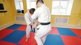 Πολεμικές τέχνες Δύο αθλητικά άτομα που εκπαιδεύουν τις δεξιότητες aikido τους Χτύπημα του αντιπάλου με ένα γόνατο απόθεμα βίντεο