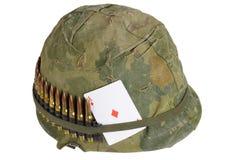 Πολεμική περίοδος του Βιετνάμ κρανών αμερικάνικου στρατού με την κάλυψη κάλυψης, τη ζώνη πυρομαχικών και τον άσσο καρτών παιχνιδι Στοκ Εικόνες