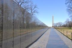 Πολεμικό μνημείο του Βιετνάμ με το μνημείο του Λίνκολν στην ανασκόπηση Στοκ Εικόνες