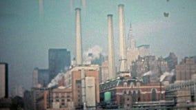 ΠΟΛΗ 1975 ΤΗΣ ΝΕΑΣ ΥΌΡΚΗΣ: Γραμμή κτηρίων εργοστασίων κατασκευής ο ανατολικός ποταμός του Μανχάταν φιλμ μικρού μήκους