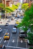 ΠΟΛΗ ΤΗΣ ΝΕΑΣ ΥΌΡΚΗΣ, ΗΠΑ - 04, 2017: Ο νότος δέσμευσε την κυκλοφορία από το ταξί της Νέας Υόρκης στο όμορφες κτήριο της Νέας Υόρ Στοκ Εικόνες
