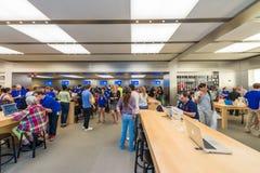 ΠΟΛΗ ΤΗΣ ΝΕΑΣ ΥΌΡΚΗΣ - 12 ΙΟΥΝΊΟΥ 2013: Εσωτερικό της διάσημης Apple πέμπτο Av Στοκ φωτογραφίες με δικαίωμα ελεύθερης χρήσης