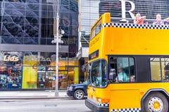 ΠΟΛΗ ΤΗΣ ΝΕΑΣ ΥΌΡΚΗΣ - 11 ΙΟΥΝΊΟΥ 2013: Κίτρινο ελεγμένο λεωφορείο στο Μανχάταν Στοκ Εικόνα
