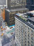 ΠΟΛΗ ΤΗΣ ΝΕΑΣ ΥΌΡΚΗΣ, ΜΑΝΧΆΤΑΝ, 12 SEP, 2014: Ξενοδοχεία και άνθρωποι κτηρίων μεταλλουργικών ξυστρών ουρανού NYC στις οδούς Επιχε Στοκ εικόνες με δικαίωμα ελεύθερης χρήσης