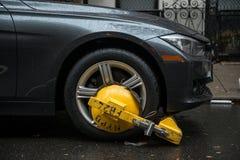 ΠΟΛΗ ΤΗΣ ΝΕΑΣ ΥΌΡΚΗΣ - 27 ΟΚΤΩΒΡΊΟΥ 2016: Το τμήμα κυκλοφορίας NYPD άρχισε το επιβατικό αυτοκίνητο στην οδό πόλεων σε καμία μόνιμ Στοκ φωτογραφία με δικαίωμα ελεύθερης χρήσης
