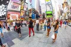 Άνθρωποι στη διάσημη Times Square στην πόλη της Νέας Υόρκης στοκ εικόνες με δικαίωμα ελεύθερης χρήσης