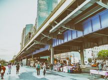 ΠΟΛΗ ΤΗΣ ΝΕΑΣ ΥΌΡΚΗΣ - ΤΟΝ ΙΟΎΝΙΟ ΤΟΥ 2013: Τουρίστες στην αποβάθρα 17 Η Νέα Υόρκη προσελκύει Στοκ φωτογραφία με δικαίωμα ελεύθερης χρήσης