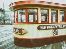 ΠΟΛΗ ΤΗΣ ΝΕΑΣ ΥΌΡΚΗΣ - ΤΟΝ ΙΟΎΝΙΟ ΤΟΥ 2013: Τουρίστες στην αποβάθρα 17 Η Νέα Υόρκη προσελκύει Στοκ Φωτογραφία
