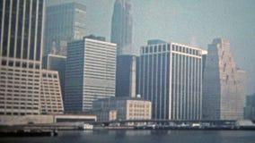 ΠΟΛΗ 1975 ΤΗΣ ΝΕΑΣ ΥΌΡΚΗΣ: World Trade Center στη χαμηλή πυκνότητα πάρκων μπαταριών των ψηλών κτιρίων φιλμ μικρού μήκους