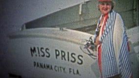 ΠΟΛΗ ΤΟΥ ΠΑΝΑΜΑ, ΗΠΑ - 1959: Πλούσιες γυναίκες που θέτουν με τη βάρκα που ονομάζεται μετά από την απόθεμα βίντεο