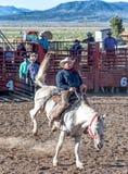 ΠΟΛΗ ΦΑΡΑΓΓΙΩΝ ΤΟΥ BRYCE - 21 ΙΟΥΝΊΟΥ 2018: Οι κάουμποϋ οδηγούν τα άλογά τους Στοκ εικόνα με δικαίωμα ελεύθερης χρήσης