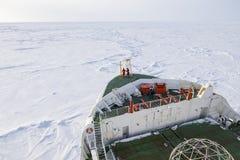 Πολικός παγοθραύστης που πλοηγεί μέσω του παχιού επιπλέοντος πάγου πάγου Στοκ Εικόνα