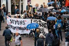 Πολιτικός Μάρτιος κατά τη διάρκεια μιας γαλλικής σε εθνικό επίπεδο ημέρας ενάντια στο Λα Macrow Στοκ εικόνα με δικαίωμα ελεύθερης χρήσης