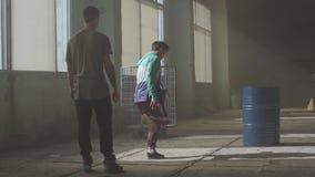 Πολιτισμός χιπ χοπ Πρόβα Σύγχρονος Μάχη χορού δύο χορευτών οδών σε ένα εγκαταλειμμένο κτήριο κοντά στο βαρέλι φιλμ μικρού μήκους