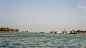 Πολλά αλιευτικά σκάφη στην προκυμαία πηγαίνουν στην αλιεία Στοκ Εικόνα