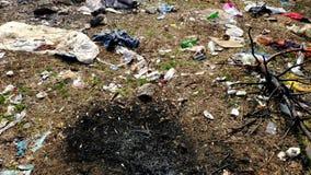 Πολλά απορρίματα αφορούν το έδαφος στο δάσος το πρόβλημα της περιβαλλοντικής ρύπανσης απόθεμα βίντεο