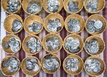 Πολλά ασημένια νομίσματα με τις εικόνες των ζώων και των φυτών στα καλάθια αχύρου chiang mai Ταϊλάνδη Στοκ Εικόνες